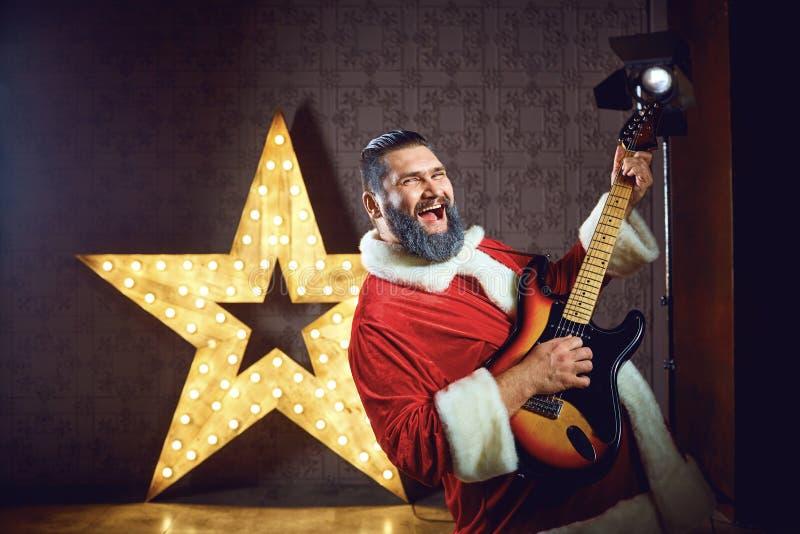 Santa Claus DJ sur le fond de l'étoile électrique dans Christm photographie stock