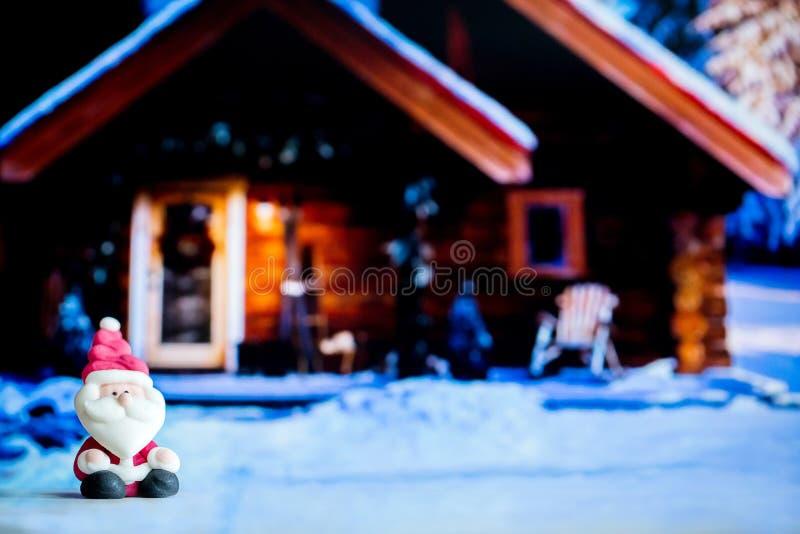 Santa Claus docka i husbakgrund Färgrikt julsymbol Använda som tapeten eller bakgrunder Ordna till för glad jul eller slump royaltyfri fotografi