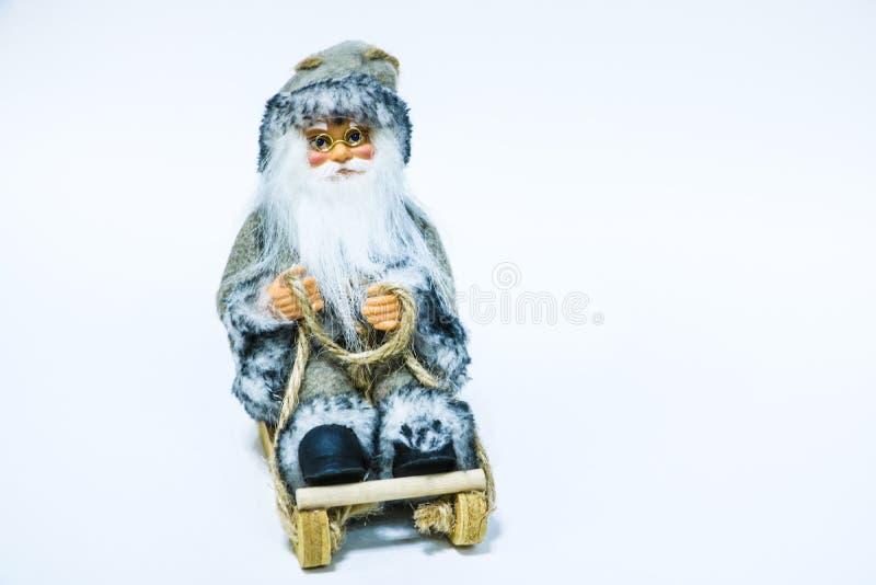 Santa Claus dockaleksak som isoleras på vit bakgrund Gullig leksak Santa Claus på vit bakgrund Santa Claus docka royaltyfri fotografi