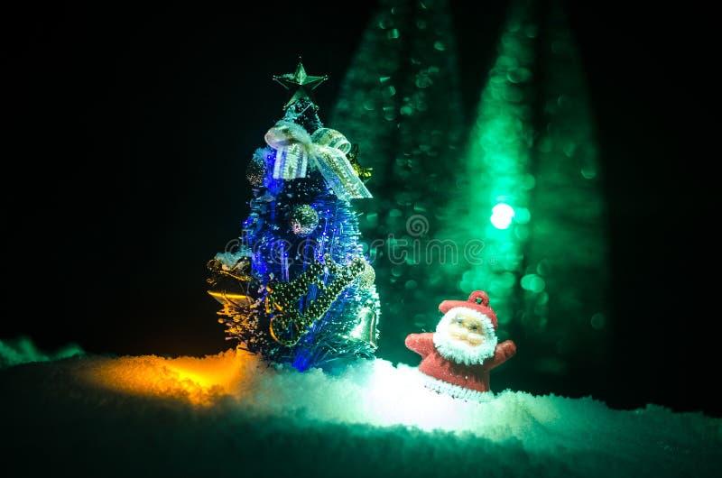 Santa Claus Doll feliz no tempo do Natal com árvore e neve Fundo colorido do bokeh Figo modelo de Papai Noel e de Feliz Natal fotos de stock royalty free