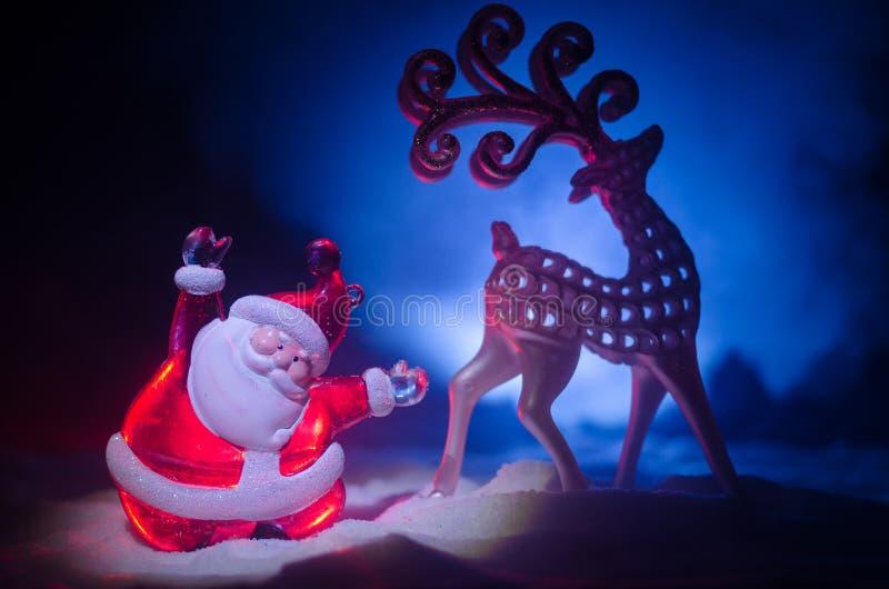 Santa Claus Doll feliz no tempo do Natal com árvore e neve Fundo colorido do bokeh Figo modelo de Papai Noel e de Feliz Natal imagens de stock royalty free