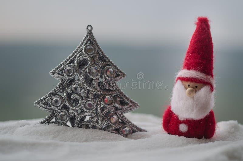 Santa Claus Doll feliz no tempo do Natal com árvore e neve Fundo exterior borrado Papai Noel e Feliz Natal fi modelo imagens de stock
