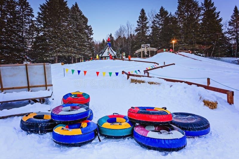 Santa Claus-` Dorf, Val-David, Quebec, Kanada - 1. Januar 2017: Schneeschlauchdia in Santa Claus-Dorf im Winter lizenzfreie stockfotos