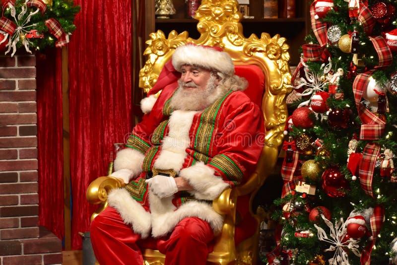 Santa Claus douce sourit avec son regard dans la région internationale d'entraînement photographie stock