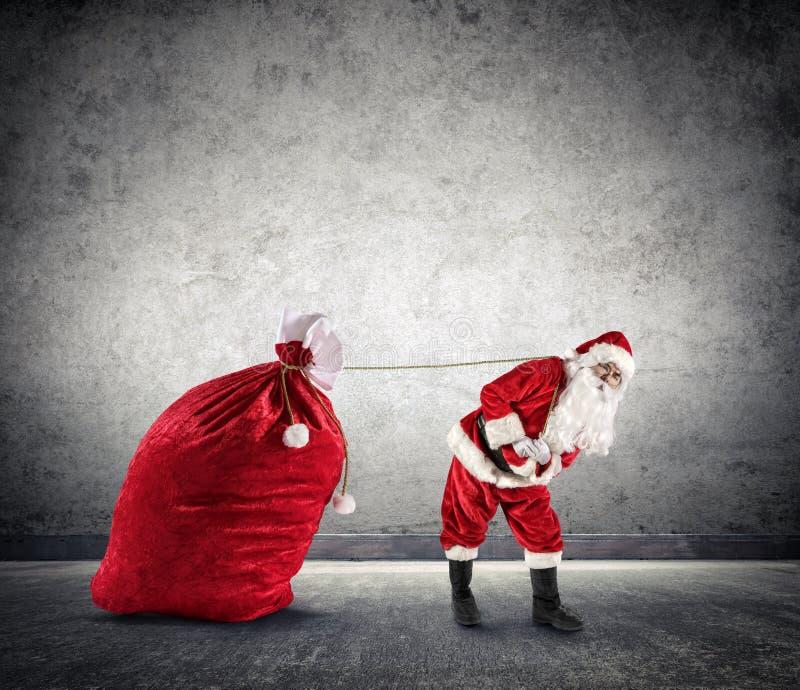 Santa Claus Dragging um saco grande fotografia de stock