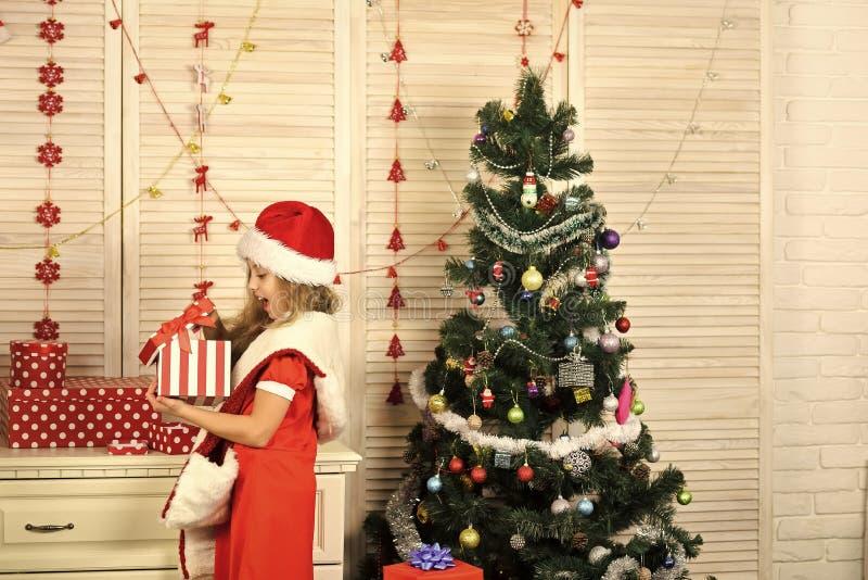 Santa Claus dzieciak przy choinką fotografia stock