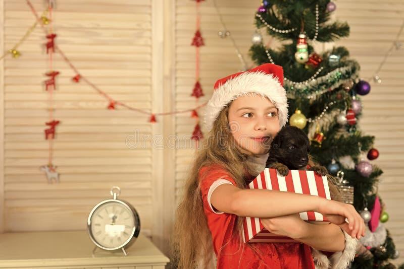 Santa Claus dzieciak przy choinką obrazy stock