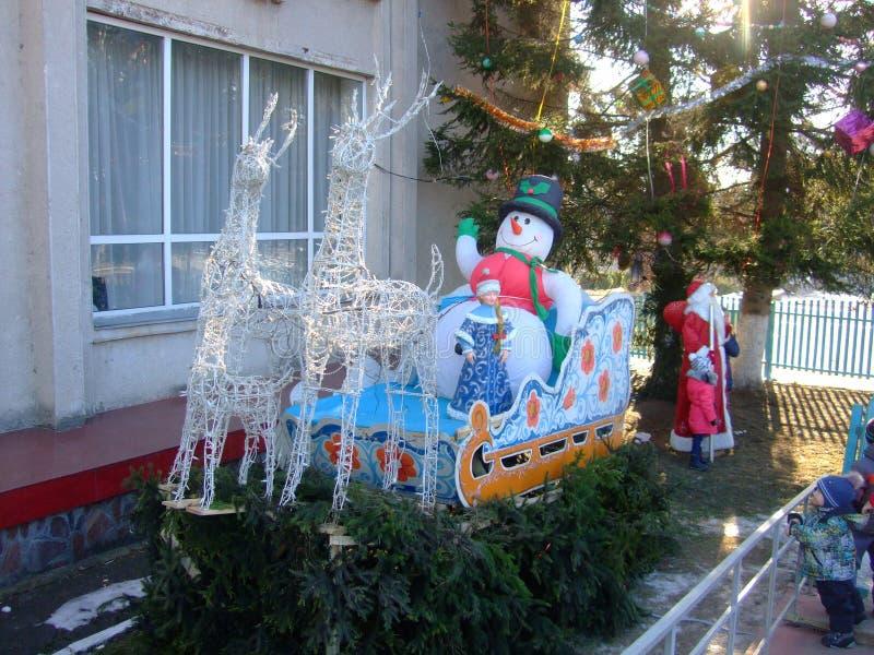 Santa Claus e a donzela da neve na maneira Ano novo foto de stock