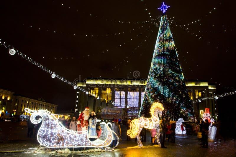 Santa Claus e donzela da neve no trenó de incandescência fotografia de stock royalty free