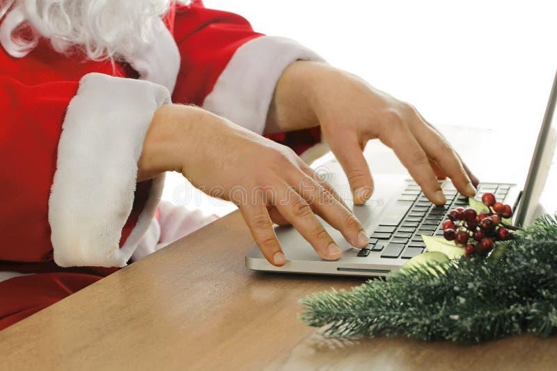 Santa Claus e o computador fotos de stock