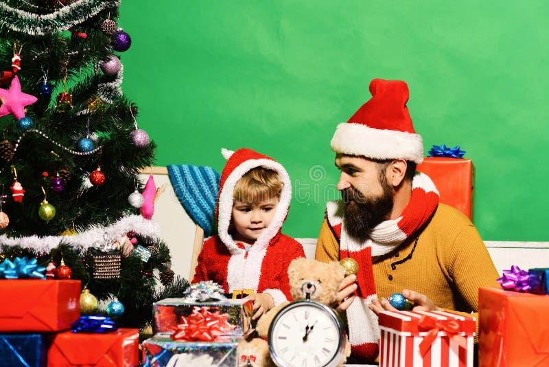 Santa Claus e pouca criança assistente na sala do Natal imagem de stock royalty free