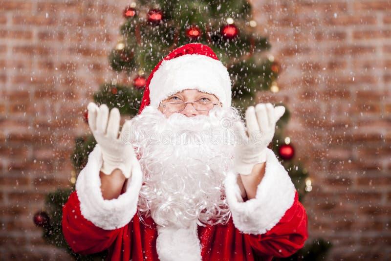 Santa Claus e precipitazioni nevose immagini stock libere da diritti