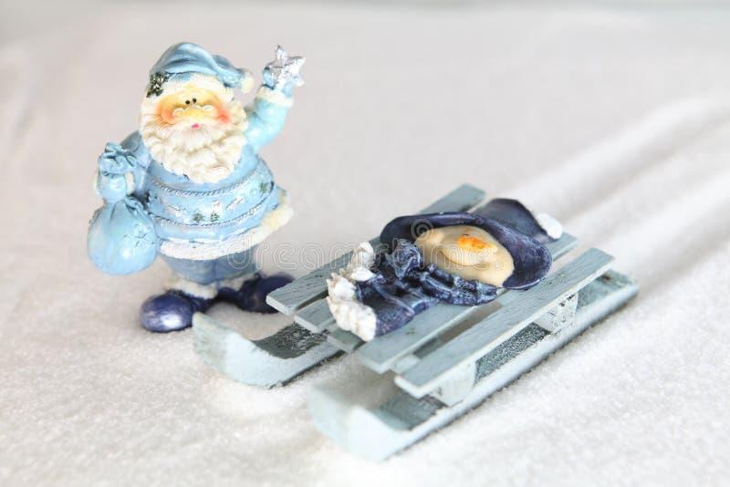 Santa Claus e pupazzo di neve sulla slitta immagini stock