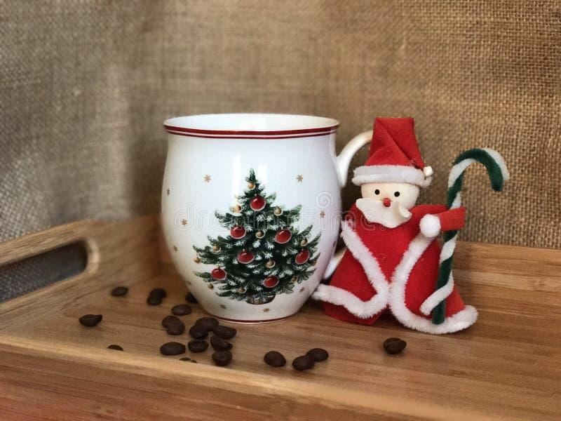 Santa Claus e tazza di caffè fotografie stock libere da diritti