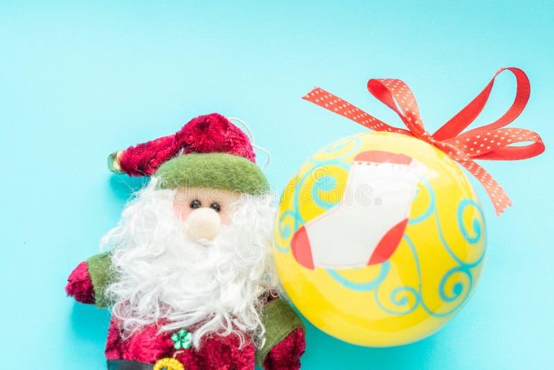 Santa Claus e uma bola do Natal imagens de stock