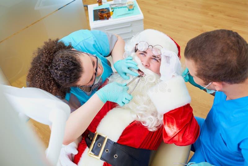 Santa Claus an einer Aufnahme im Zahnarzt ` s Büro im Christus lizenzfreies stockbild