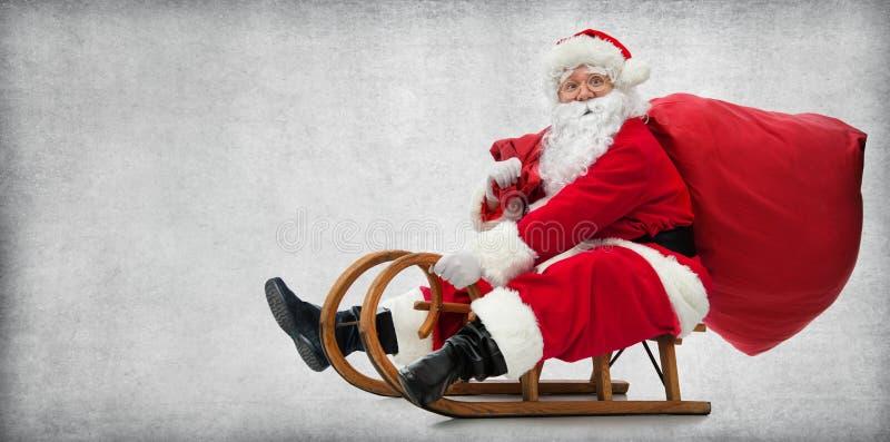 Santa Claus em seu pequeno trenó fotos de stock royalty free