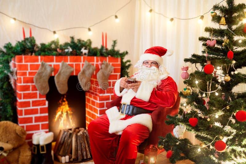Santa Claus em um chá da bebida do Natal, café de uma caneca em um cha fotos de stock