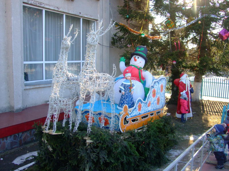 Santa Claus en het Sneeuwmeisje op de manier Nieuw jaar stock foto