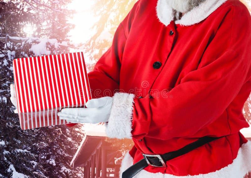 Santa Claus en hiver avec le cadeau photos libres de droits