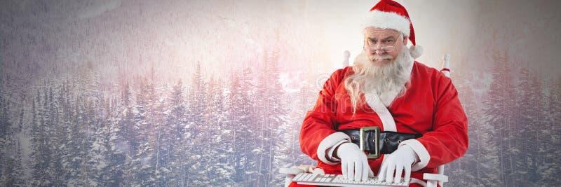 Santa Claus en hiver dactylographiant sur l'ordinateur portable illustration stock