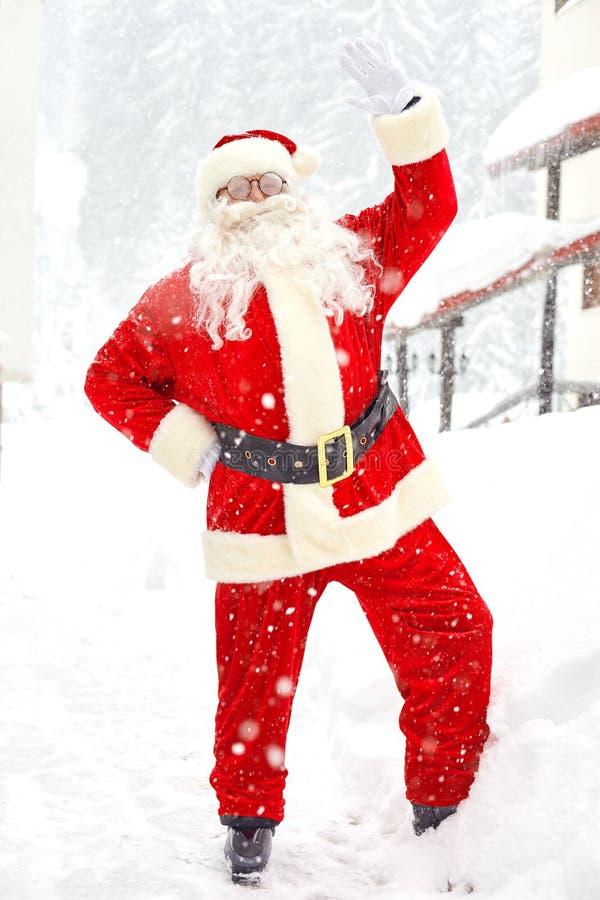Santa Claus en nieve en invierno en la Navidad fotografía de archivo libre de regalías