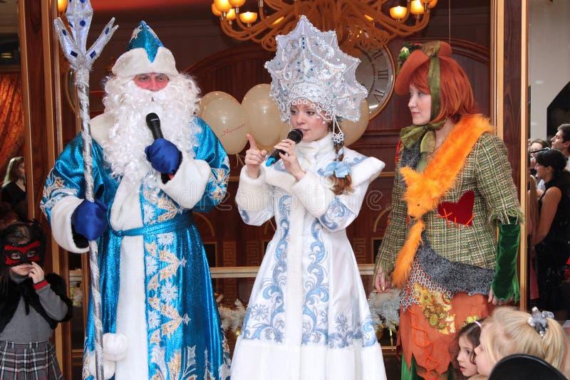Santa Claus en sneeuwmeisje met Lisa Alice bij nieuwe jaar` s pe stock fotografie