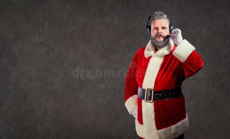 Santa Claus en un operador de centro de atención telefónica de las auriculares imagen de archivo