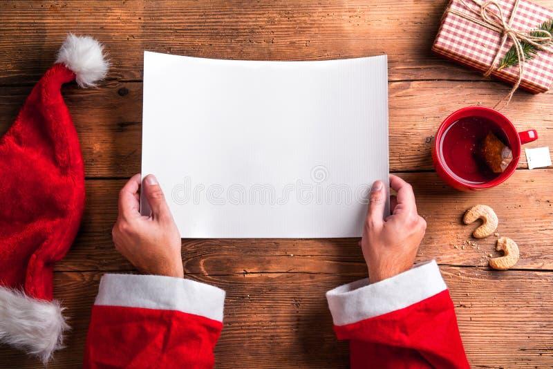 Santa Claus en wishlist royalty-vrije stock foto