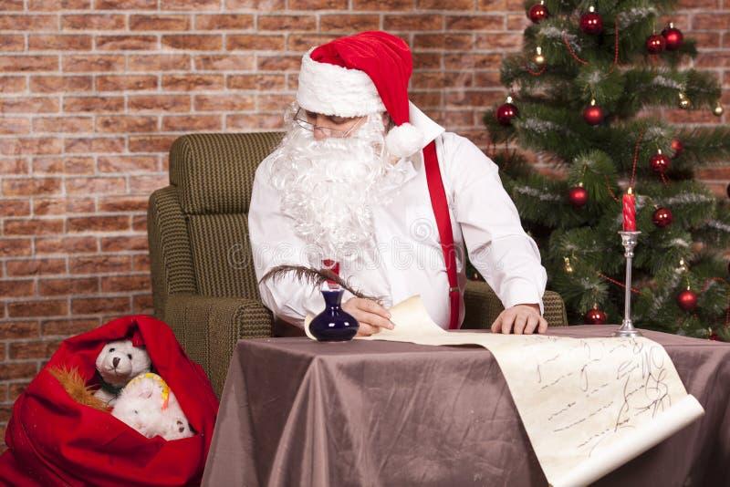 Santa Claus escribe su lista fotos de archivo libres de regalías