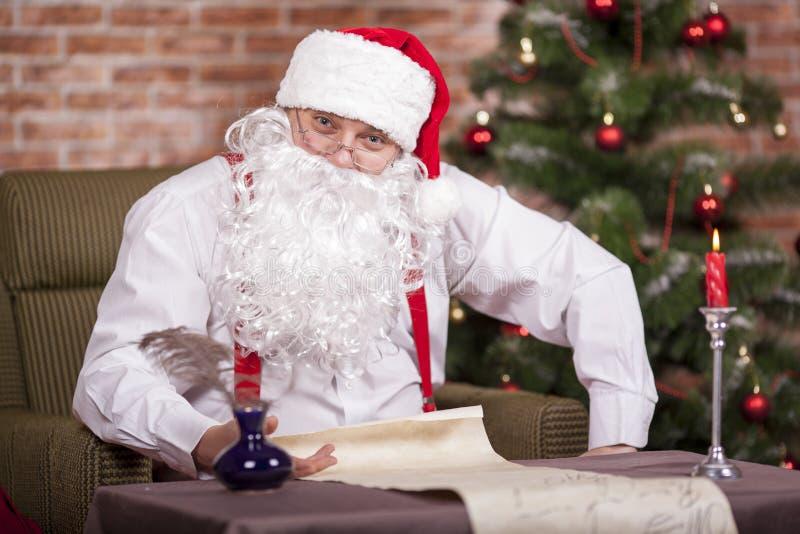 Santa Claus escribe su lista foto de archivo libre de regalías