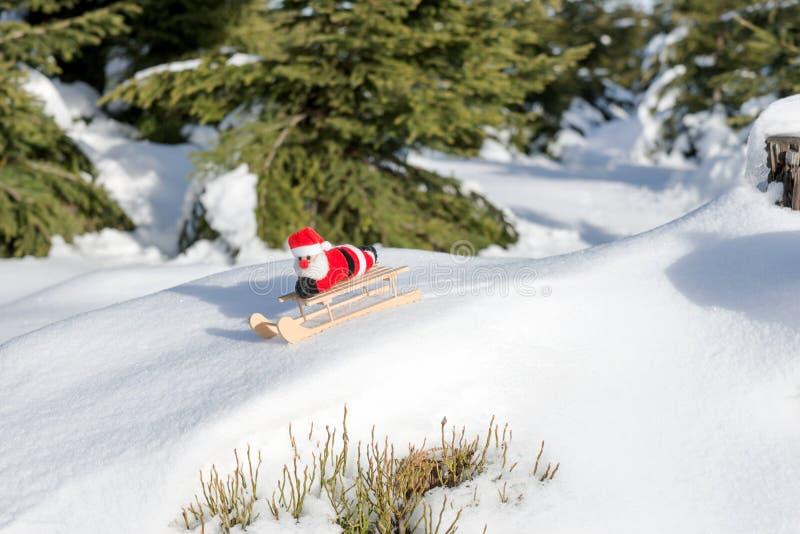 Santa Claus está conduzindo abaixo da montanha fotos de stock royalty free