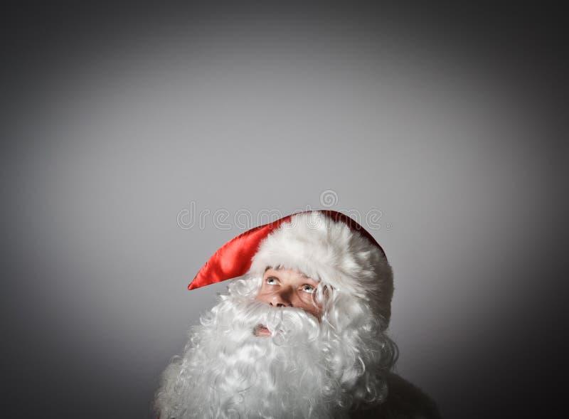 Santa Claus está olhando acima imagens de stock royalty free