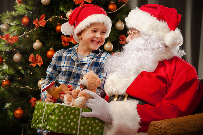 Santa Claus et un petit garçon photographie stock libre de droits