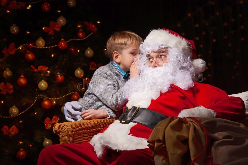 Santa Claus et un petit garçon images libres de droits