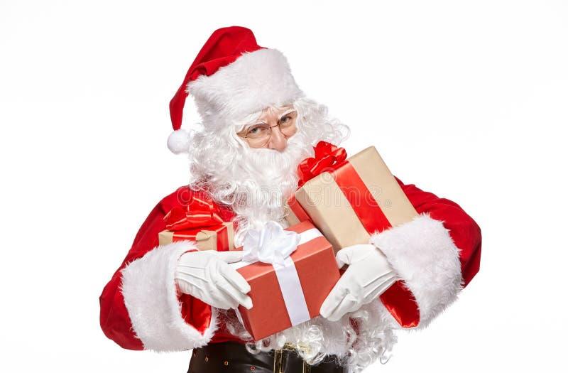 Santa Claus feliz está guardando presentes fotos de stock