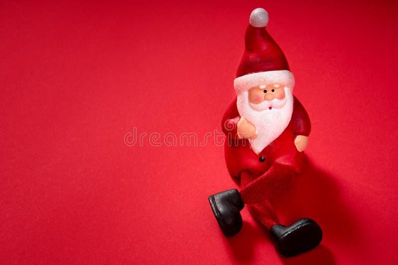 Santa Claus figurka na czerwonym tle zdjęcia stock