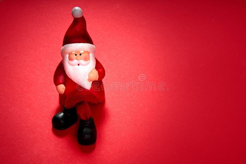 Santa Claus figurka na czerwonym tle fotografia royalty free