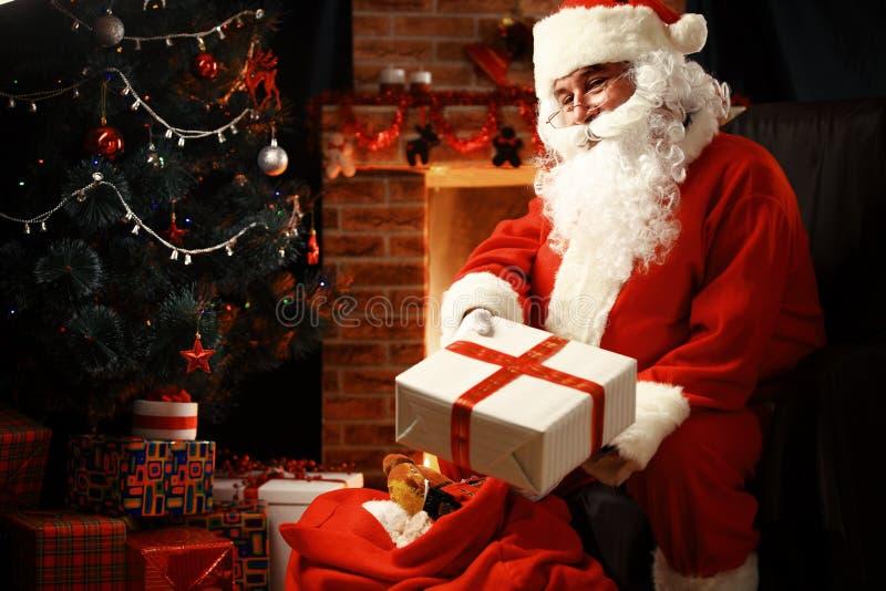 Santa Claus gebrachte giften voor Kerstmis en het hebben van een rust stock fotografie