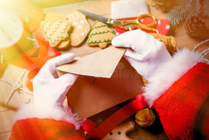 Santa Claus gekregen een Kerstmisbrief stock afbeelding
