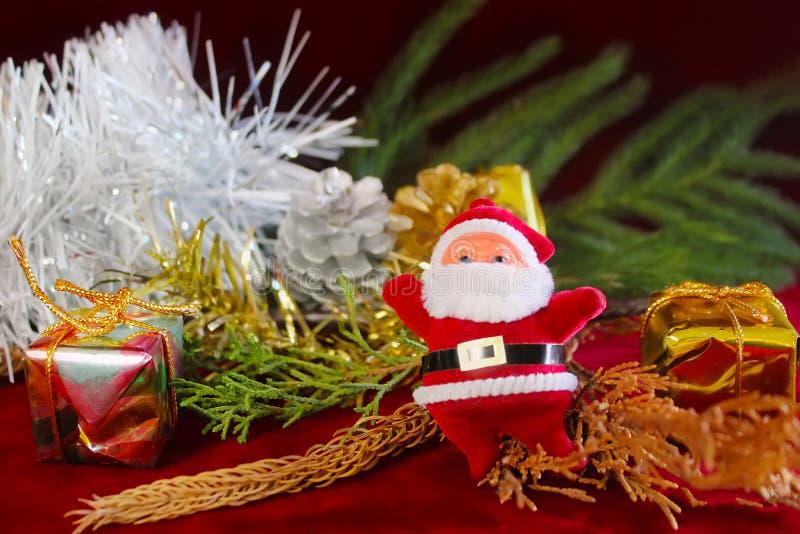 Santa Claus, Geschenkboxen und Feiertagsdekorationen Grußkarte der frohen Weihnachten und des glücklichen neuen Jahres lizenzfreie stockfotos