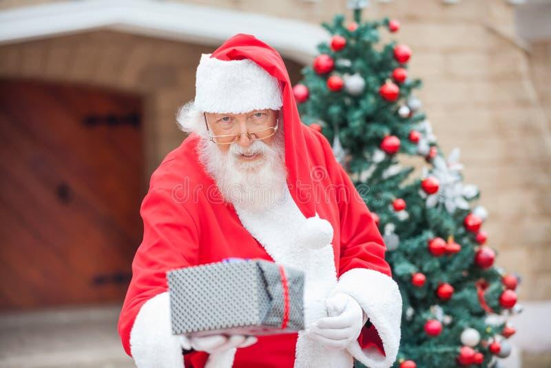 Santa Claus Giving Christmas Present fotos de stock royalty free