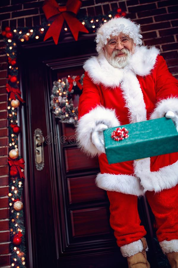 Santa Claus Giving um presente de Natal fotografia de stock royalty free