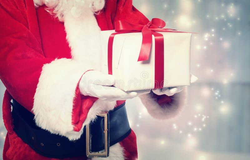 Santa Claus Giving um presente de Natal fotografia de stock