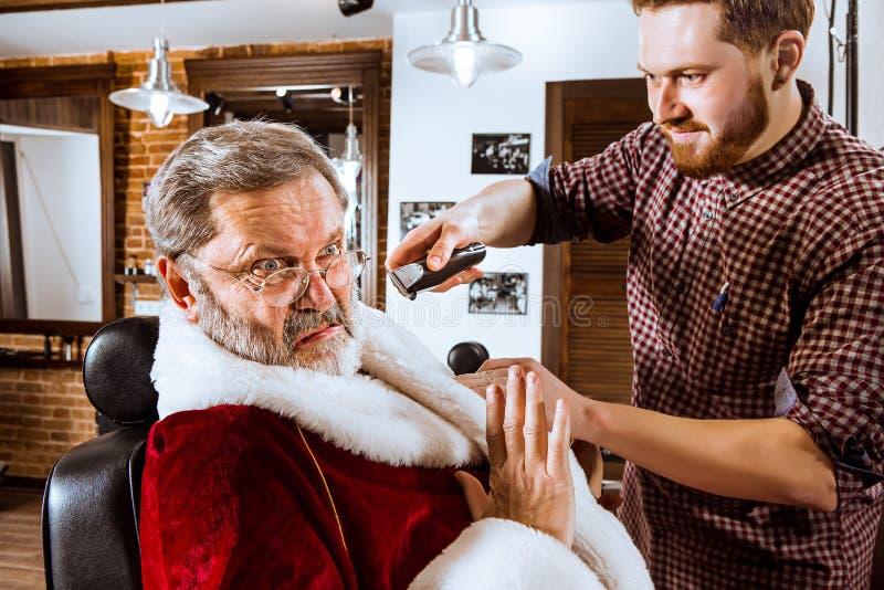 Santa Claus goli jego osobistego fryzjera męskiego obraz stock