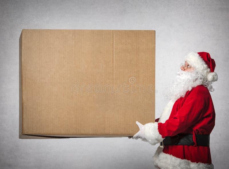 Santa Claus guarda a caixa de presente grande fotos de stock