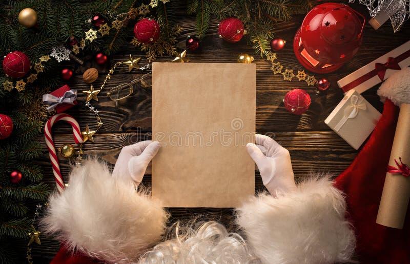 Santa Claus-Hände, die leeren Buchstaben halten lizenzfreie stockfotos