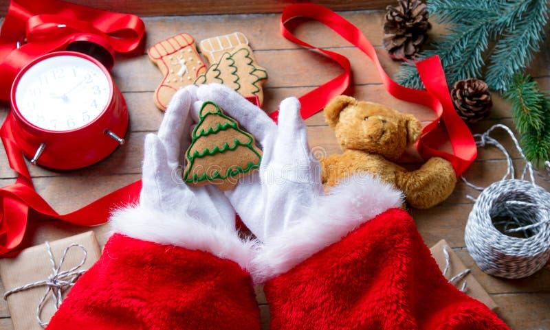 Santa Claus ha spostamento del biscotto di Natale immagine stock libera da diritti