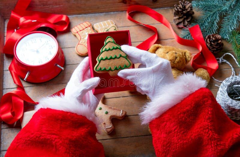 Santa Claus ha spostamento del biscotto di Natale fotografie stock libere da diritti