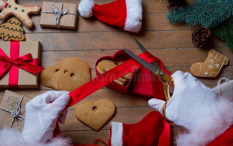 Santa Claus ha spostamento del biscotto di Natale fotografia stock libera da diritti